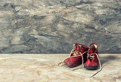 Sapatas de bebê vermelhas do vintage O estilo retro tonificou a imagem Fotos de Stock Royalty Free