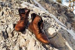 Sapatas de Brown em rochas Foto de Stock Royalty Free