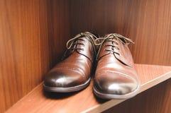 Sapatas de Brown na prateleira Foto de Stock
