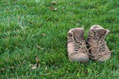 Sapatas de caminhada velhas Fotografia de Stock Royalty Free