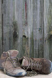 Sapatas de caminhada velhas Imagem de Stock