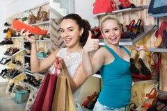 Sapatas de compra das jovens mulheres Fotografia de Stock Royalty Free