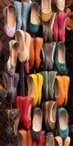 Sapatas de couro coloridas marroquinas na exposição Fotos de Stock Royalty Free