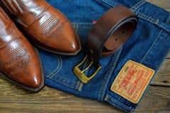 Sapatas de couro, correia & calças de brim Fotos de Stock Royalty Free