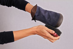 Sapatas de couro de cabra-montesa da limpeza da mulher A camurça calça o cuidado de inverno Foto de Stock Royalty Free