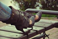 Sapatas de couro marrons altas com laços e correias Fotografia de Stock Royalty Free