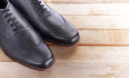 Sapatas de couro na madeira Fotografia de Stock Royalty Free