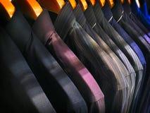 Sapatas de couro pretas brilhantes do ` s dos homens na prateleira Foto de Stock