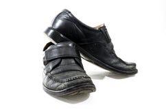 Sapatas de couro pretas usadas e vestidas velhas Fotos de Stock