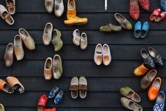 Sapatas de madeira coloridas na parede Fotografia de Stock