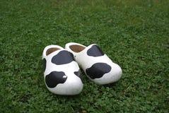 Sapatas de madeira com cópia da vaca. Imagem de Stock