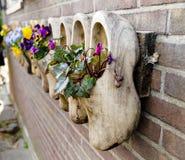 Sapatas de madeira, obstruções, sapatas holandesas typican, Amsterdão, Países Baixos imagem de stock
