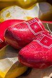 Sapatas de madeira vermelhas Fotografia de Stock Royalty Free