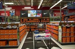 Sapatas de Nike na autoridade dos esportes foto de stock royalty free