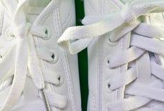 Sapatas de tênis brancas Fotografia de Stock Royalty Free