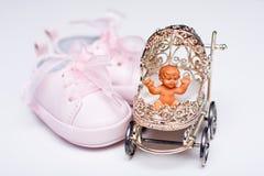 Sapatas do bebé e buggy de bebê diminuto foto de stock royalty free