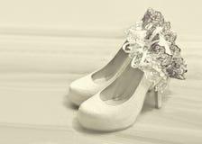 Sapatas do casamento e liga da noiva Imagem de Stock Royalty Free