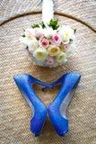 Sapatas do casamento e o ramalhete, coração do amor Imagens de Stock Royalty Free
