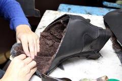Sapatas do desenhista da produção Produção dos calçados pelas mãos humanas Sho imagens de stock royalty free