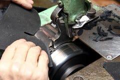 Sapatas do desenhista da produção Produção dos calçados pelas mãos humanas Sho imagens de stock