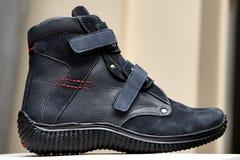Sapatas do desenhista da produção Produção dos calçados pelas mãos humanas Sho imagem de stock