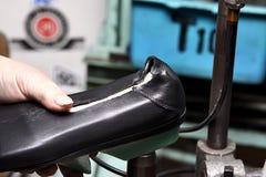 Sapatas do desenhista da produção Produção dos calçados pelas mãos humanas Sho fotos de stock
