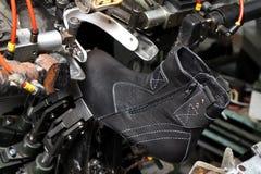 Sapatas do desenhista da produção Produção dos calçados pelas mãos humanas Sho fotografia de stock