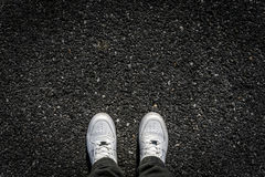 Sapatas do esporte no asfalto Fotos de Stock Royalty Free