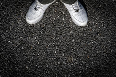Sapatas do esporte no asfalto Imagem de Stock