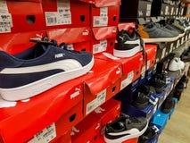 Sapatas do esporte do puma na fileira na loja local imagem de stock royalty free
