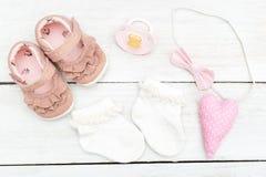Sapatas do ` s das crianças com peúgas e acessórios para um bebê fla foto de stock royalty free