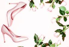 Sapatas do salto alto das mulheres do rosa pastel no fundo cor-de-rosa Configuração lisa, fundo feminino da forma na moda da vist fotografia de stock royalty free