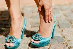 Sapatas do salto elevado & dor bonita do tornozelo dos pés da mulher Imagens de Stock Royalty Free
