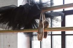Sapatas do tutu e do pointe do bailado em um fundo do ensaio Sapatas velhas do pointe imagem de stock royalty free