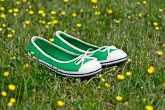 Sapatas do verão em uma grama verde Fotografia de Stock Royalty Free