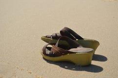 Sapatas do verão na areia Fotografia de Stock Royalty Free