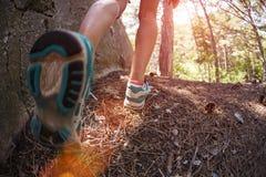 Sapatas dos esportes nos pés do ` s das mulheres imagens de stock royalty free