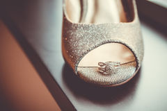 Sapatas e aliança de casamento do casamento fotografia de stock royalty free