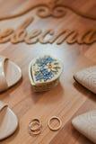 Sapatas e anéis brancos das noivas Fotos de Stock Royalty Free