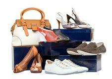 Sapatas e bolsa em caixas sobre o branco Imagens de Stock
