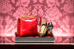 Sapatas e bolsa em uma loja luxuosa da forma fotografia de stock