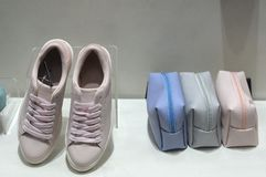 Sapatas e bolsas da sapatilha na exposição Foto de Stock