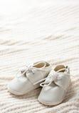 Sapatas e cobertor de bebê Fotografia de Stock Royalty Free