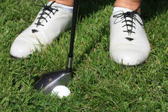 Sapatas e golfball do golfe das mulheres Imagens de Stock