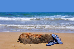 Sandálias na praia imagens de stock