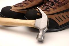 Sapatas e martelo de trabalho Fotografia de Stock