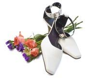 Sapatas e rosas fotografia de stock royalty free