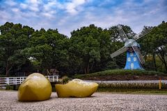 Sapatas e um moinho de vento azul imagens de stock