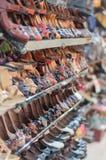 Sapatas em prateleiras de loja Foto de Stock Royalty Free