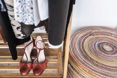Sapatas em um vestuário Fotos de Stock